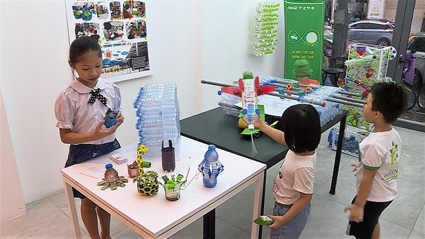 Architect students turn plastic bottles into toys hinh anh 6