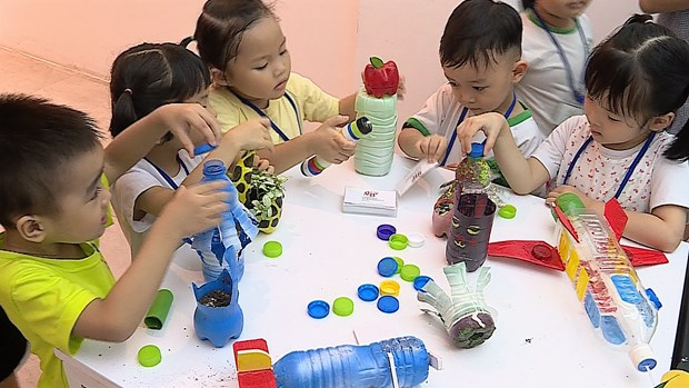 Architect students turn plastic bottles into toys hinh anh 5