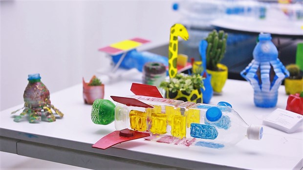 Architect students turn plastic bottles into toys hinh anh 1