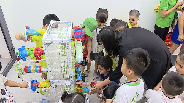 Architect students turn plastic bottles into toys hinh anh 3