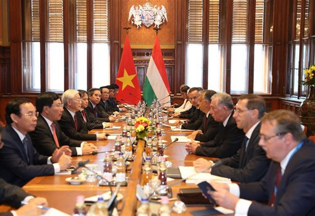 Vietnam, Hungary sign seven cooperation documents hinh anh 1