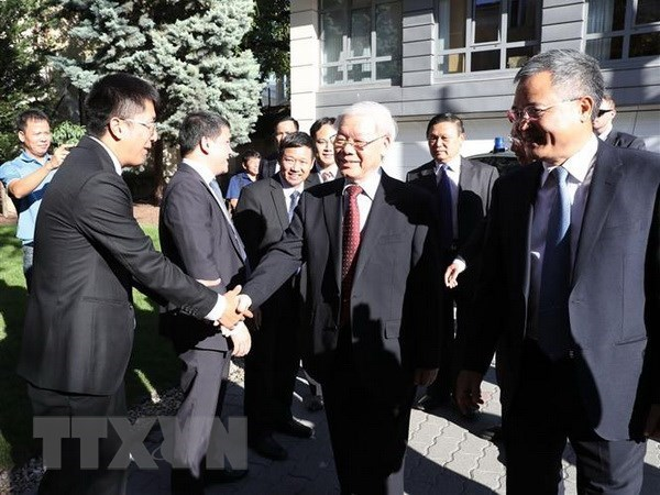 Party leader visits Vietnamese embassy, meets expatriates in Hungary hinh anh 1