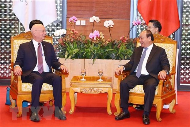 PM Nguyen Xuan Phuc receives WEF Executive Chairman hinh anh 1