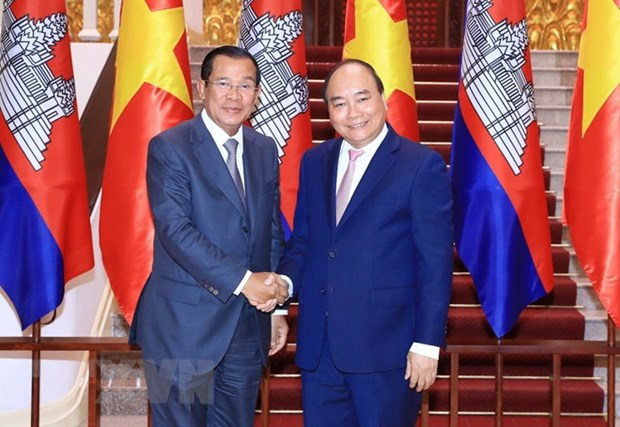 Prime Minister Nguyen Xuan Phuc receives Cambodian counterpart hinh anh 1
