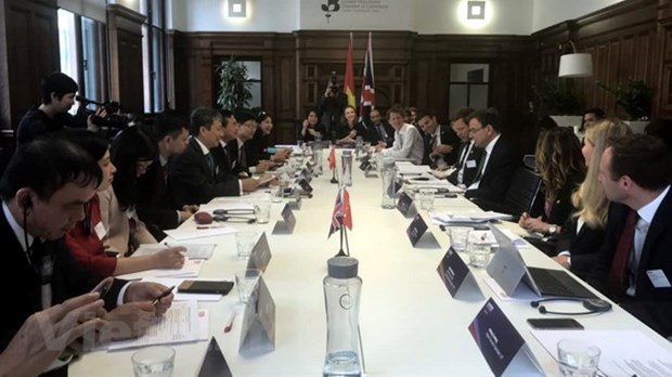 Defence relationship, important indicator to strengthen Vietnam-UK ties hinh anh 3