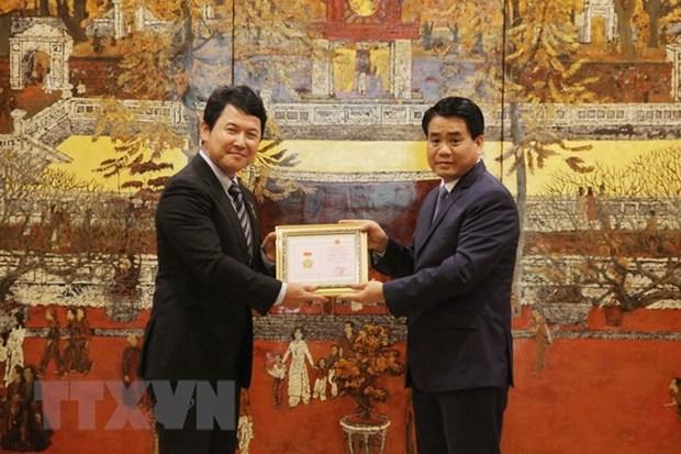 Japanese deputy ambassador honoured with Hanoi's insignia hinh anh 1