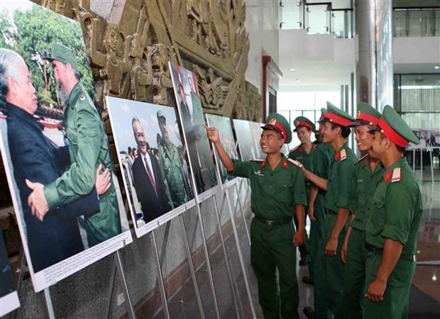 Photo exhibition marks Fidel's historic visit to Vietnam hinh anh 3