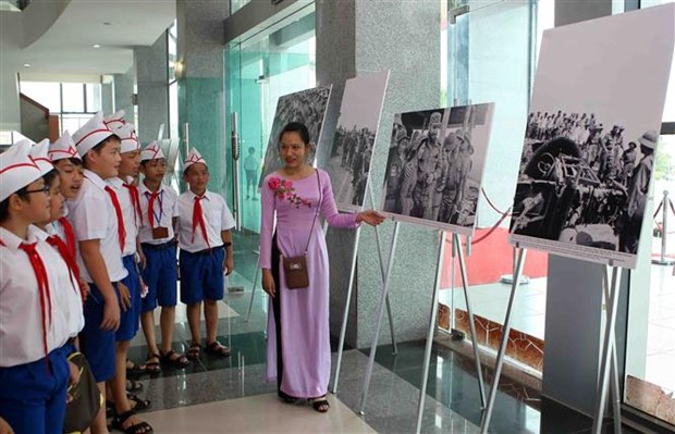 Photo exhibition marks Fidel's historic visit to Vietnam hinh anh 1