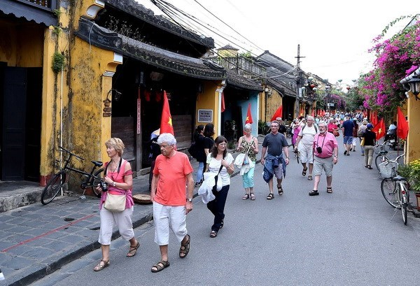Vietnamese cities receive ASEAN Clean Tourist Awards hinh anh 1