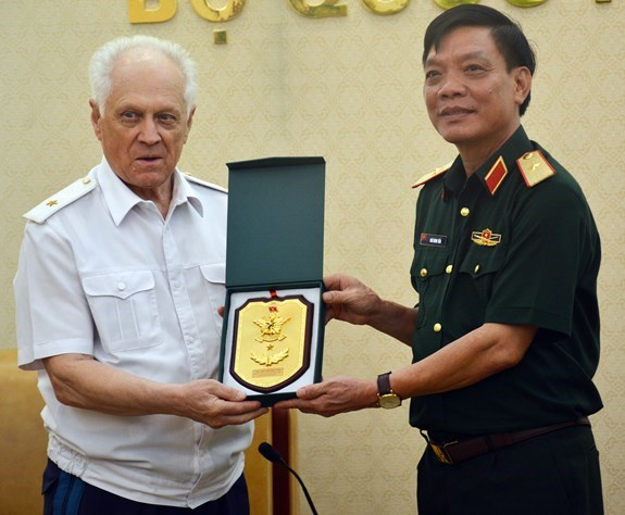 Vietnamese officer receives Russian, Lao guests hinh anh 1