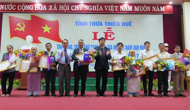 "Thua Thien-Hue: 21 women awarded title of ""Heroic Mothers"" hinh anh 1"