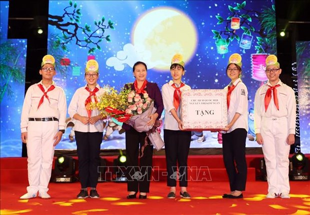 Congratulations, gifts sent to children on Mid-Autumn Festival hinh anh 1