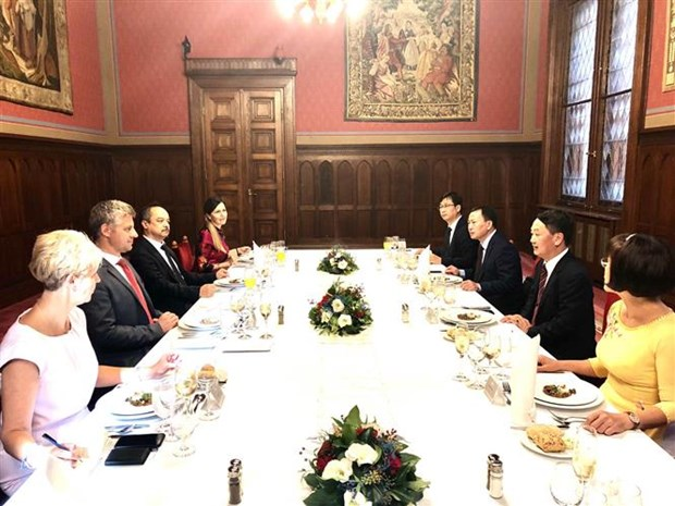 Hungarian parliamentarian lauds Vietnamese community's position hinh anh 1
