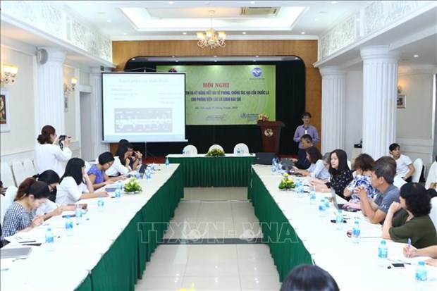 Reporters share experiences in writing about tobacco prevention hinh anh 1