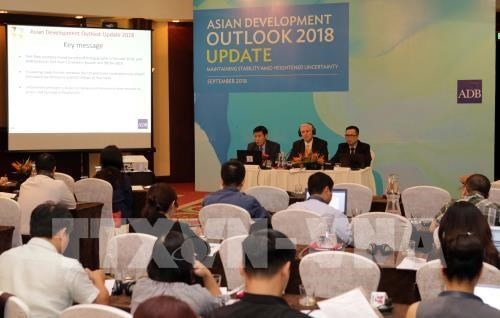 Vietnam keeps up strong growth in first half: ADB hinh anh 1