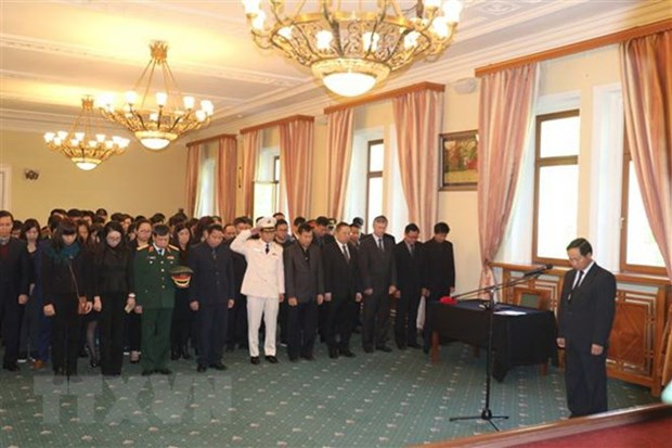 Embassy staff, Russian friends pay tribute to President hinh anh 1