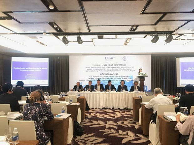 Experts seek measures for completion of market economy institution in Vietnam hinh anh 1