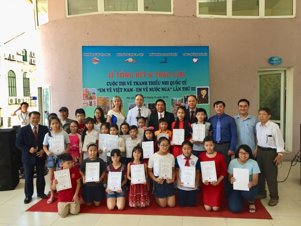 Winners of Vietnam-Russia painting contest honoured hinh anh 1