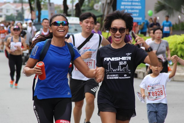 More than 10,000 people join Fund Run for Charity in HCM City hinh anh 1