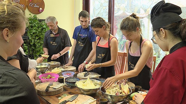 Vietnamese cooking classes draw foreign tourists hinh anh 1