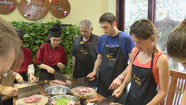 Vietnamese cooking classes draw foreign tourists hinh anh 4