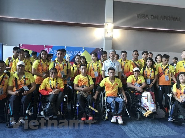 Vietnamese athletes arrive in Indonesia for Asian Para Games hinh anh 1
