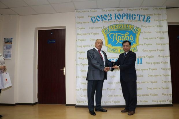 Vietnam's Ambassador to Ukraine honoured by World Jurist Alliance hinh anh 1