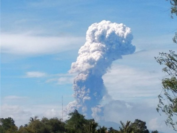 Indonesia's island hit by volcano eruption after quakes, tsunami hinh anh 1