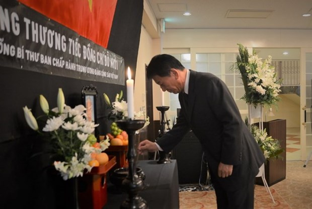 Foreign friends pay homage to former Party chief Do Muoi hinh anh 1