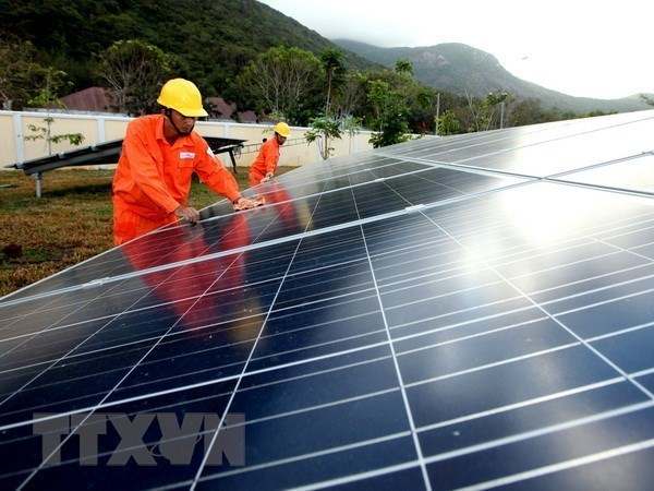 EVN inks 35 solar power purchase deals with private firms hinh anh 1