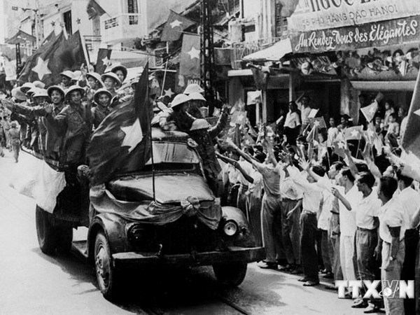 Photo exhibition reflects on Hanoi's Liberation Day hinh anh 1