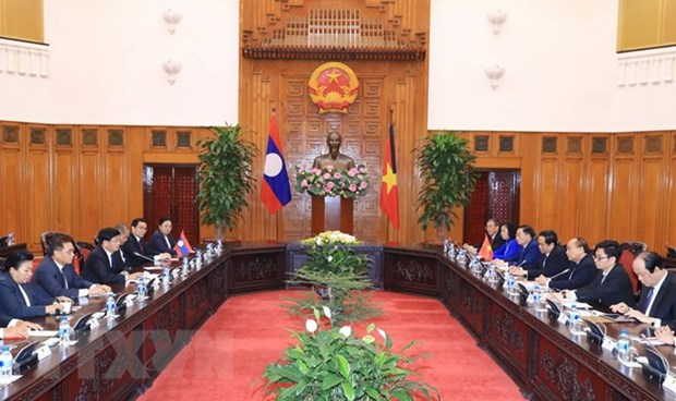 PM Nguyen Xuan Phuc welcomes Lao counterpart hinh anh 1