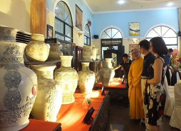 Ceramic vase set enters Vietnam Book of Records hinh anh 1