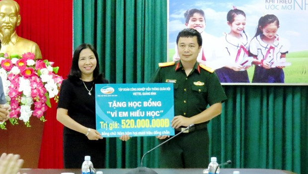 Quang Binh: 520 scholarships presented to poor gifted students hinh anh 1