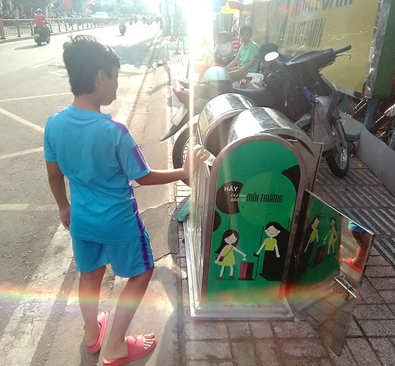Waste sorting at source programme carried out in HCM City's industrial parks hinh anh 1