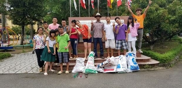 Hanoi's young volunteers inspire eco-brick making hinh anh 6
