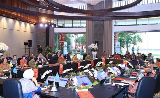 PM Nguyen Xuan Phuc meets ASEAN leaders hinh anh 1