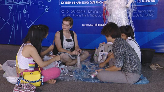 Hanoi's young volunteers inspire eco-brick making hinh anh 3
