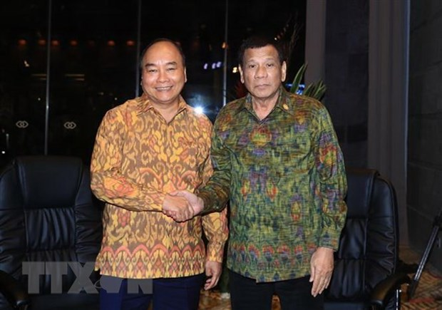 Prime Minister meets Philippine President in Indonesia hinh anh 1