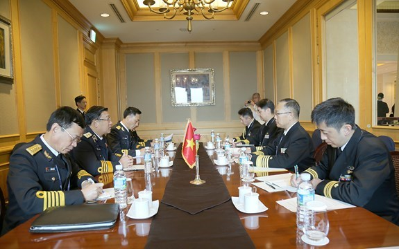 Naval commander holds bilateral meetings on sidelines of WPNS hinh anh 1