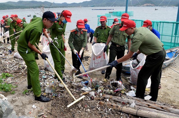 'Let's clean up the ocean' campaign wins public support hinh anh 1