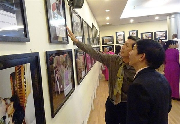 Photo exhibition features Vietnam-Cuba friendship hinh anh 1