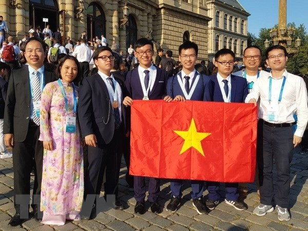 Vietnamese students triumph regional, int'l Olympiads hinh anh 1