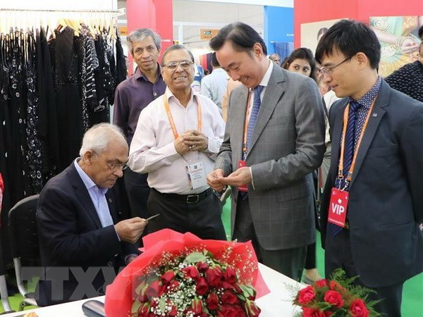 Vietnam firms attend sixth India International Silk Fair hinh anh 1