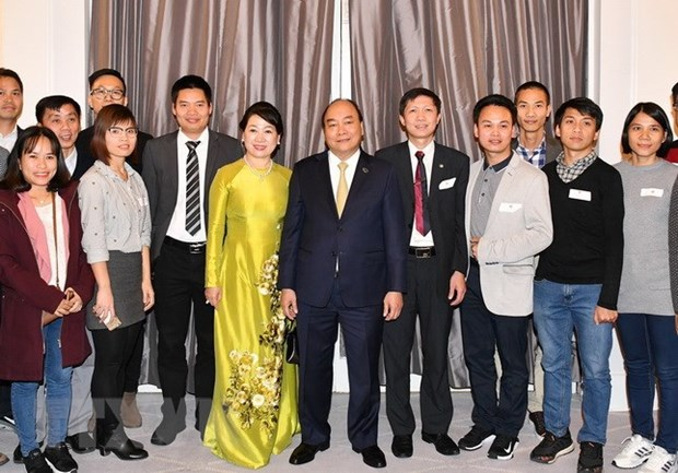 PM meets with Vietnamese expats in Denmark hinh anh 1