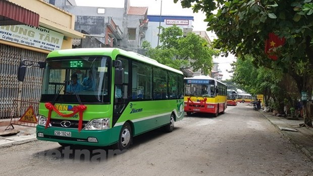 More Hanoians prefer traveling by bus hinh anh 1