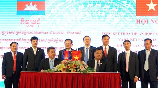 Vietnamese, Cambodian provinces sign cooperation pact hinh anh 1