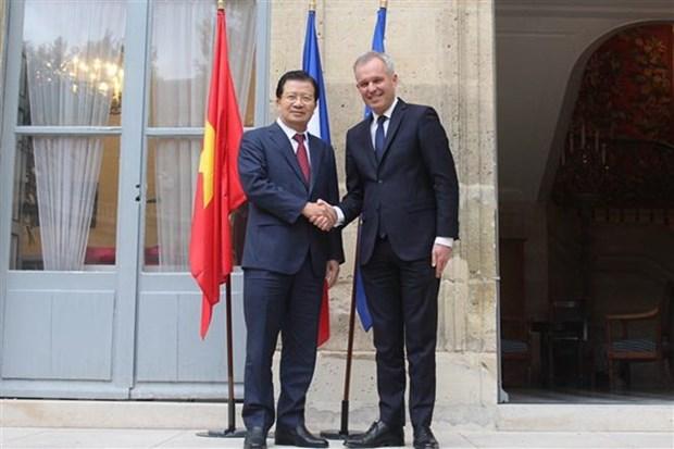 Vietnamese Deputy PM Trinh Dinh Dung visits France hinh anh 1