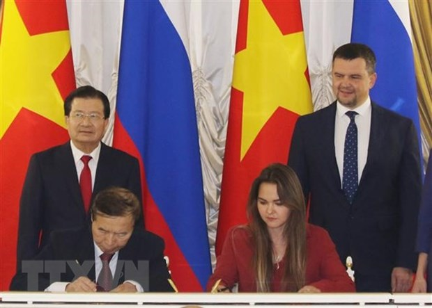 Deputy PM meets leaders of Russian corporations hinh anh 1