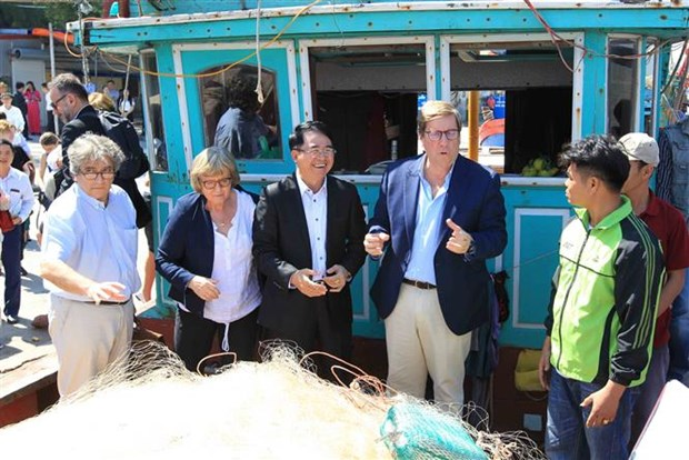 EP Fisheries Committee delegation visits northern port hinh anh 1